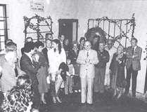 L'inaugurazione della personale del maestro E. Tomiolo nella Bottega del Pittore. Ogni anno Arcumeggia, nel periodo estivo, ospita interessanti mostre (Agosto 1973)