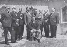 Gruppo di artisti intervenuti ad Arcumeggia, per la celebrazione del decennale Dei primi affreschi; da sinistra: Rossi, Carpi, Brindisi, Monachesi, Montanarini, Montanari, De Amicis, Usellini, Tomiolo (giugno 1965)